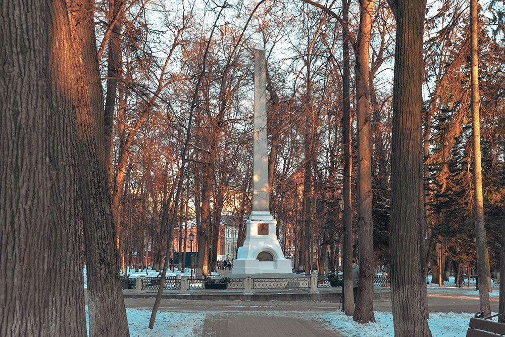 Рядом смузеем есть небольшой парк. Вего глубине стоит красивый белый обелиск — онустановлен намогиле Константина Циолковского