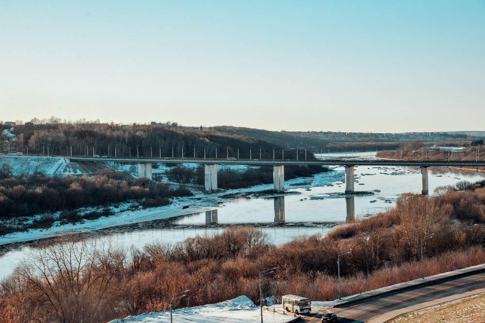 Собзорной площадки городского парка открывается красивый вид наОку иГагаринский мост. Вэтом году зима теплая, поэтому река незамерзла