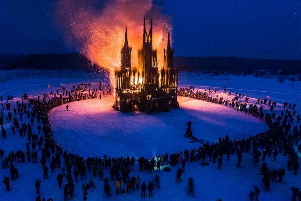 На Масленицу в 2018 году организаторы сожгли огромный готический собор из соломы, что вызвало шквал негодования в соцсетях. Фото: Никола-Ленивец