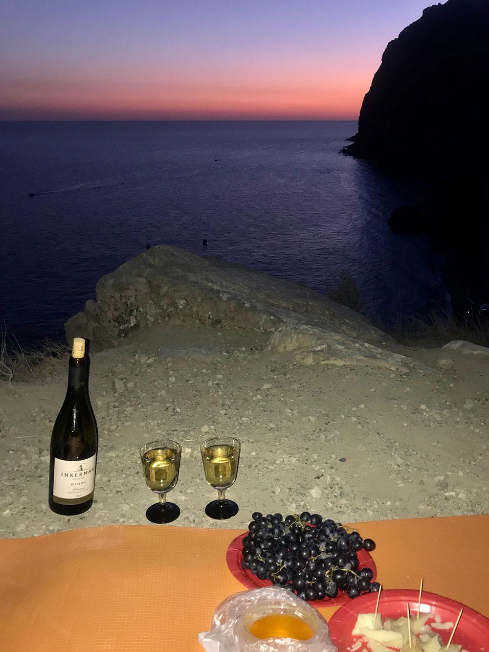 Фото избудущего — крымский палаточный ужин скрымским рислингом, крымской изабеллой, крымским луговым медом икрымским пармезаном