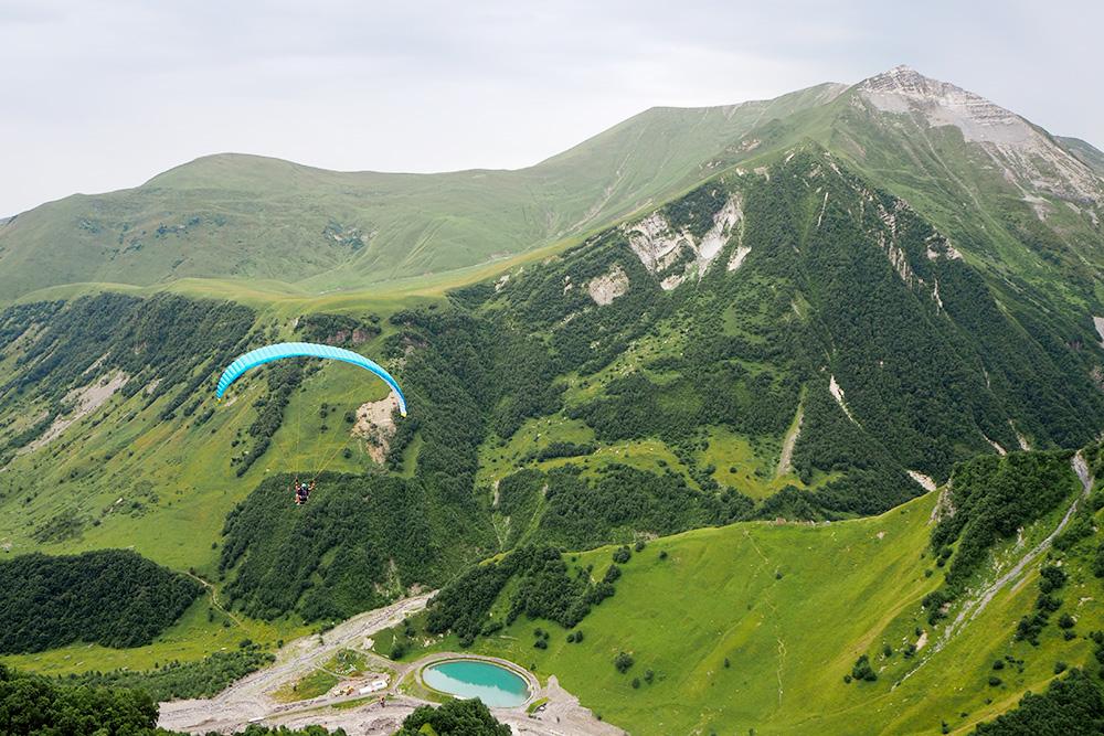 Вид ссамой высокой точки Военно-Грузинской дороги наКрестовом перевале — 2379м. Желающие могут полетать напараплане синструктором