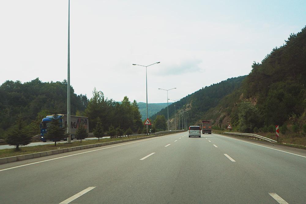 Типичная автомобильная дорога вТурции. Двухполосные участки можно встретить разве что между соседними селами, приэтом качество асфальта сравнимо сфедеральными трассами вРоссии