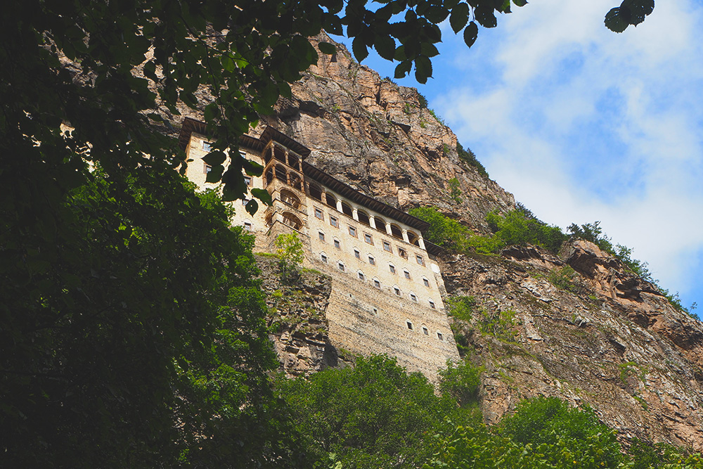 Единственное место, откуда можно вблизи увидеть монастырь снаружи, находится на пешей тропе к монастырю. Если приедете сюда на долмуше, немного спуститесь по дорожке вниз, чтобы найти эту точку