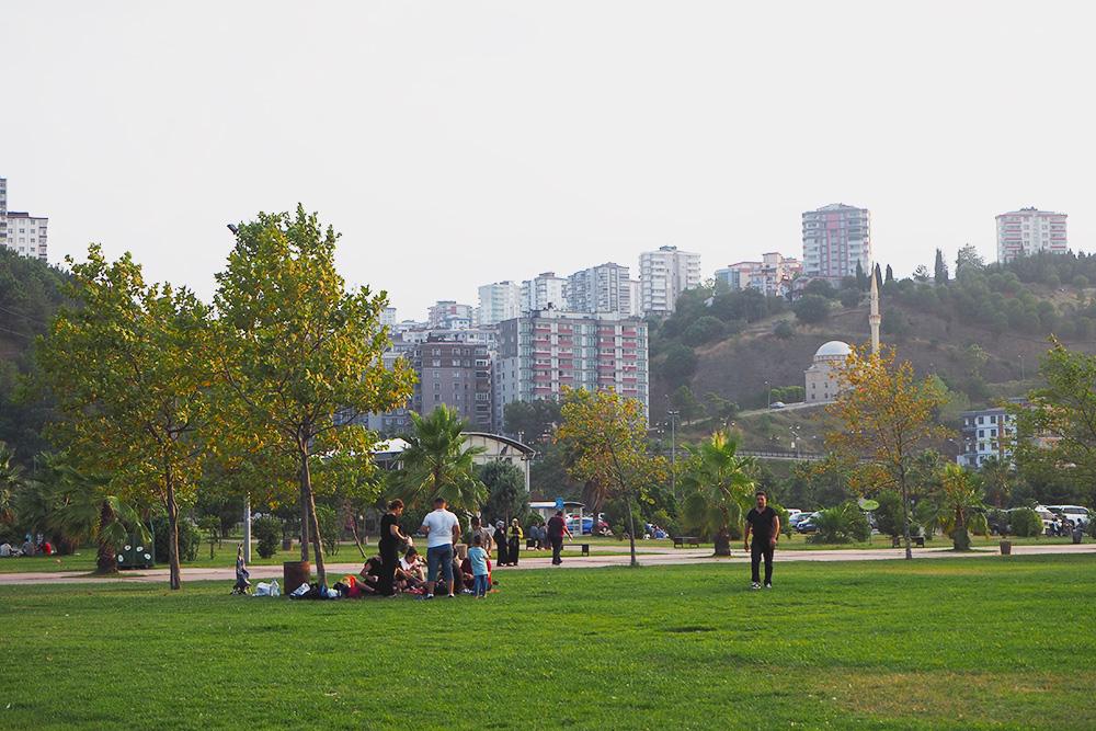 В турецких городах очень много парков и зеленых зон. В них всегда полно людей. Например, в Самсуне в 7 вечера несколько поколений большой семьи вышли жарить кебабы, играть в мяч и пить чай из самовара
