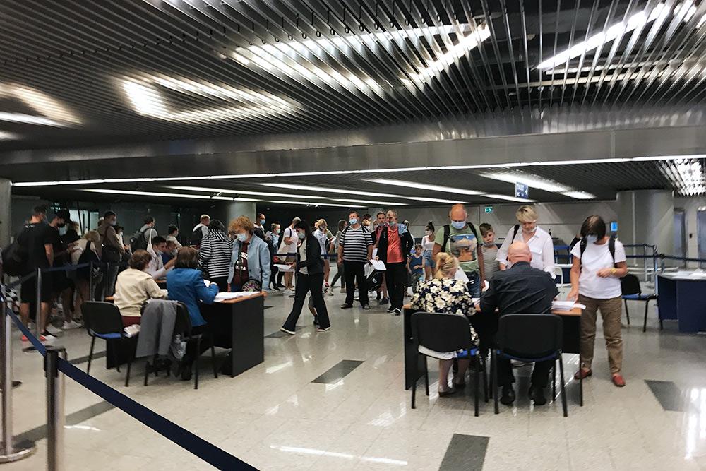 Пассажиры во Внукове получают уведомления о необходимости сдать тест на коронавирус