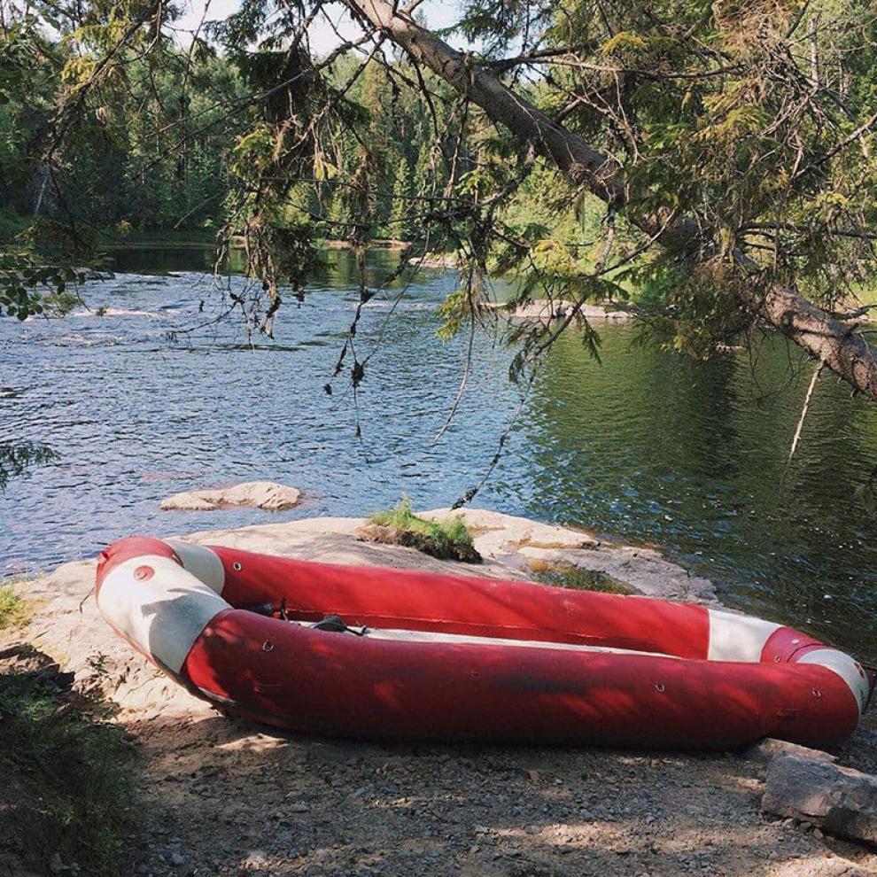 Рафт — это большая широкая надувная лодка, в ней могут плыть 8—10 человек