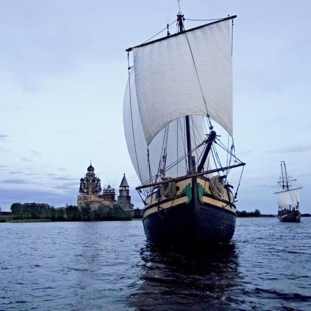 Летом на острове проходит «Кижская регата» — первый в России фестиваль традиционного судостроения и судоходства. Источник:vk.com
