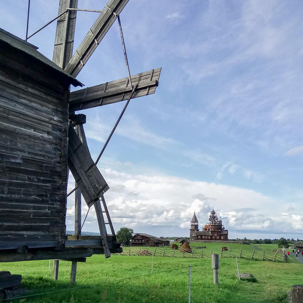 Кижи — самая известная достопримечательность Карелии. На фото вдалеке — церковь Преображения Господня
