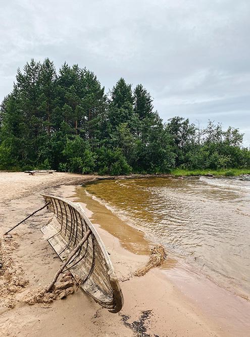 На Ладоге живописны даже старые останки лодок, выброшенные на берег