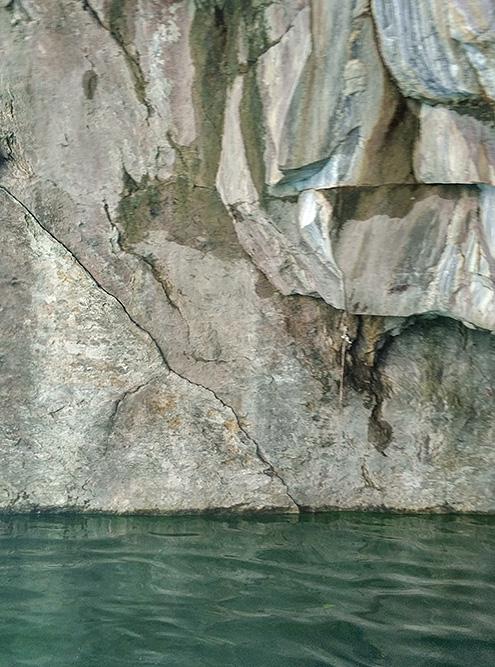 Изумрудный оттенок воды связан с цветом добываемого здесь серо-голубого мрамора