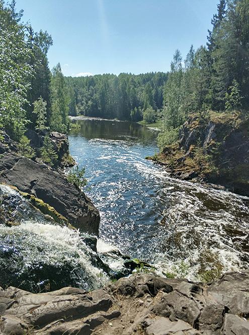 Подступы к водопаду оборудованы ограждениями и смотровыми площадками, с которых открываются виды на окрестности