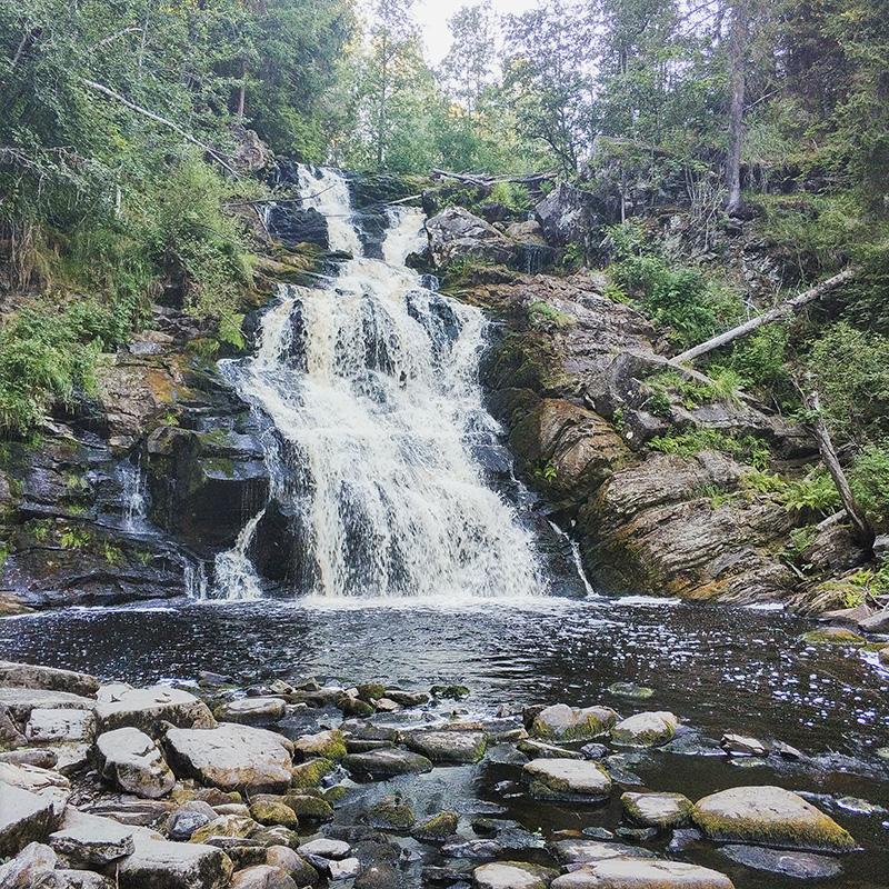 Юканкоски выглядит впечатляюще в любое время года, но летом, когда поток воды успокаивается, можно подойти прямо к подножью водопада