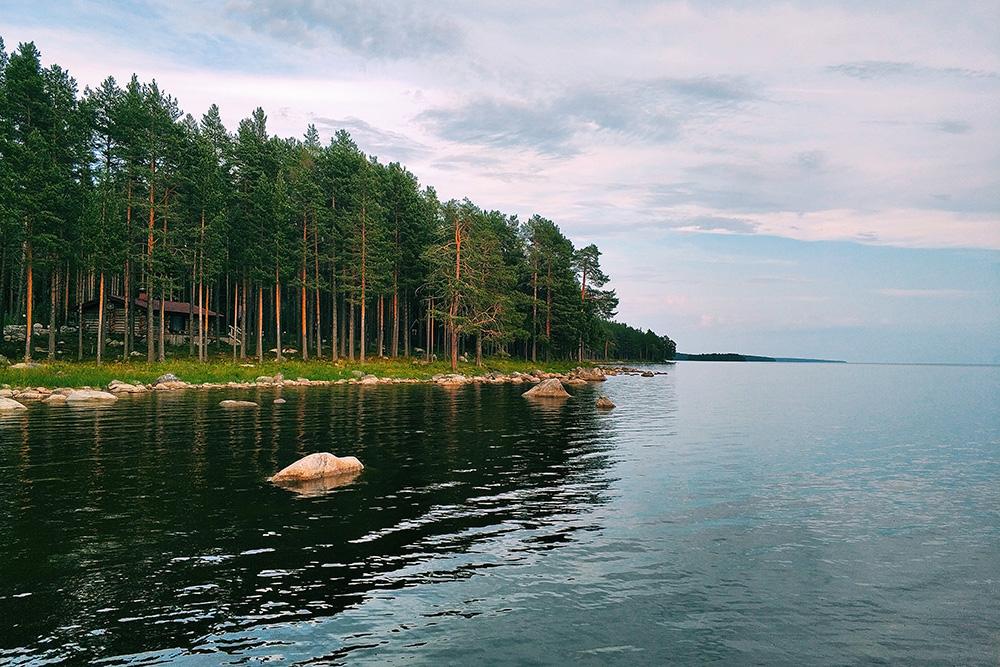 Вблизи Медвежьегорска можно отдохнуть на турбазе в сосновом бору и прямо из бани нырнуть в Онежское озеро
