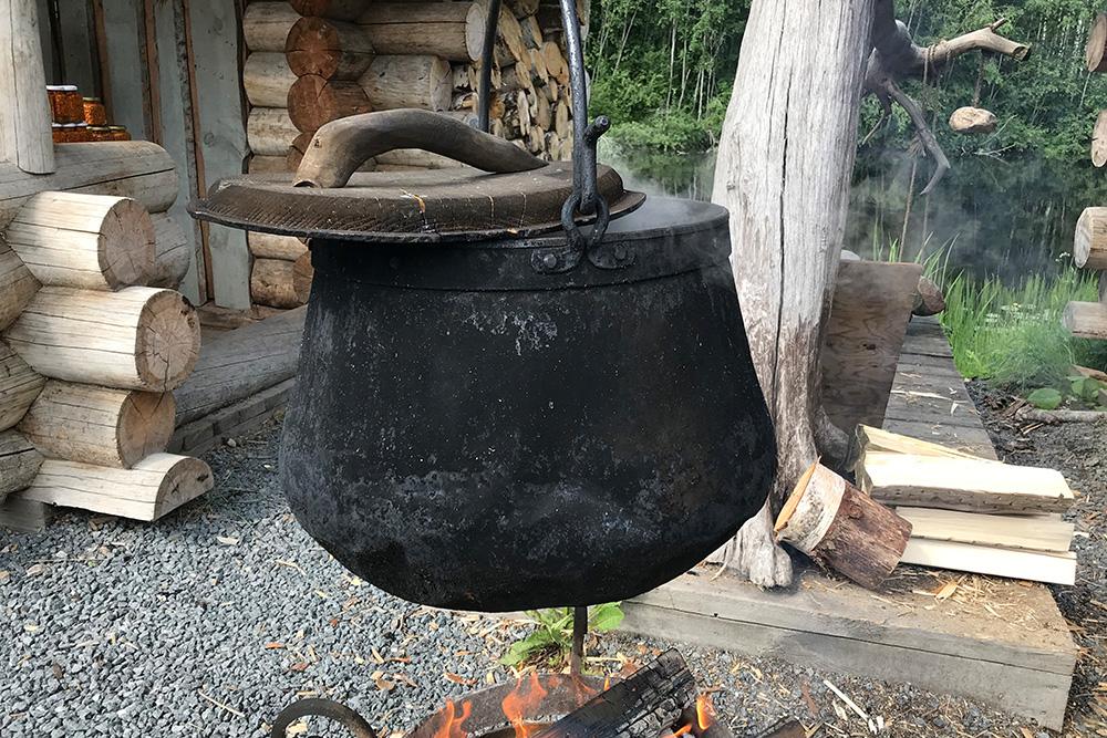 На водопадах Ахвенкоски делают копорский чай на костре. Это очень романтично, особенно в дождливую погоду