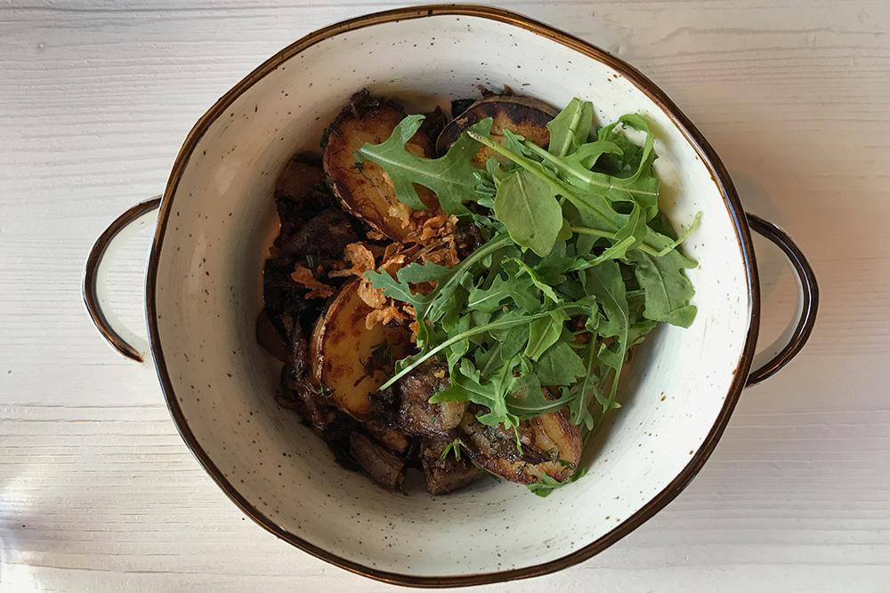Так подают лосятину с картошкой в ресторане «Ягель». Блюда из дичи выглядят не очень фотогенично, но аромат убеждает в том, что это вкусно. Фото: Анастасия Осян
