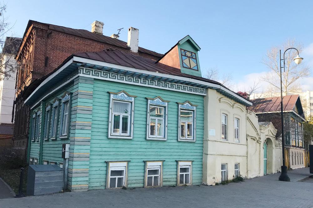 Дом выглядит как жилой, но внутри нет даже стен. Это объект исторической культуры, его фасад отреставрировали в 2013году. Почему не восстановили здание изнутри, я не знаю