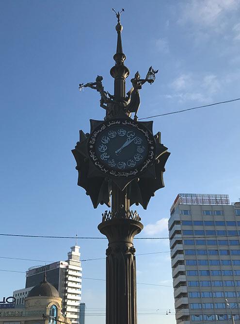 Бронзовая статуя часов на Баумана с фигурами поэта, музы и Пегаса