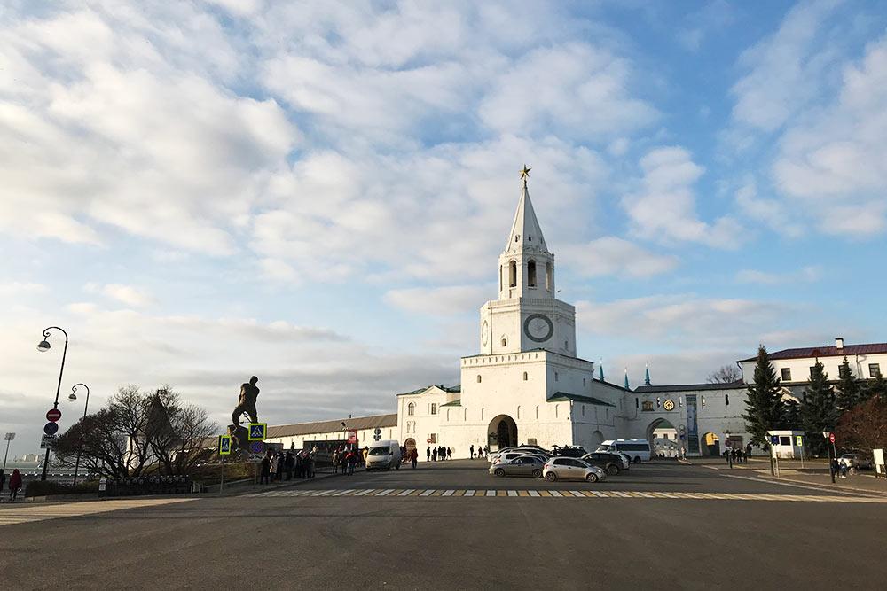 Посередине стоит Спасская башня — главная проездная башня Казанского кремля. Слева виден памятник поэту-патриоту Мусе Джалилю, казненному фашистами в 1944году