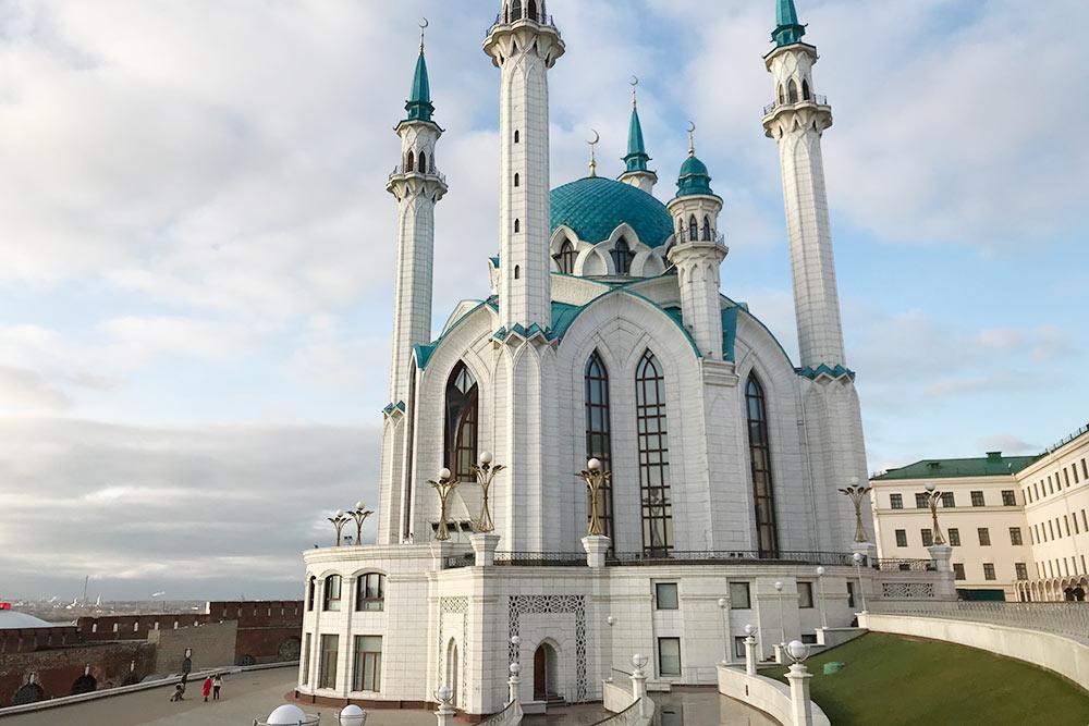 Кул-Шариф — самая молодая достопримечательность на территории кремля: ее открыли в 2005году. Площадь перед мечетью вмещает 10 тысяч человек