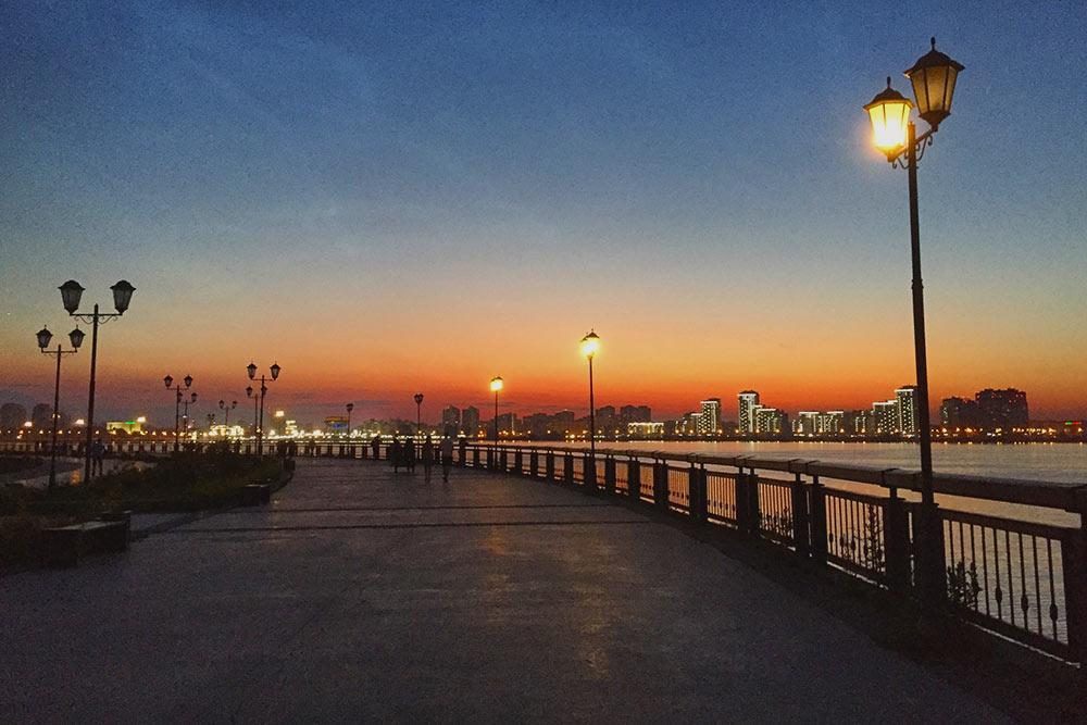 Закат в будний летний день на набережной