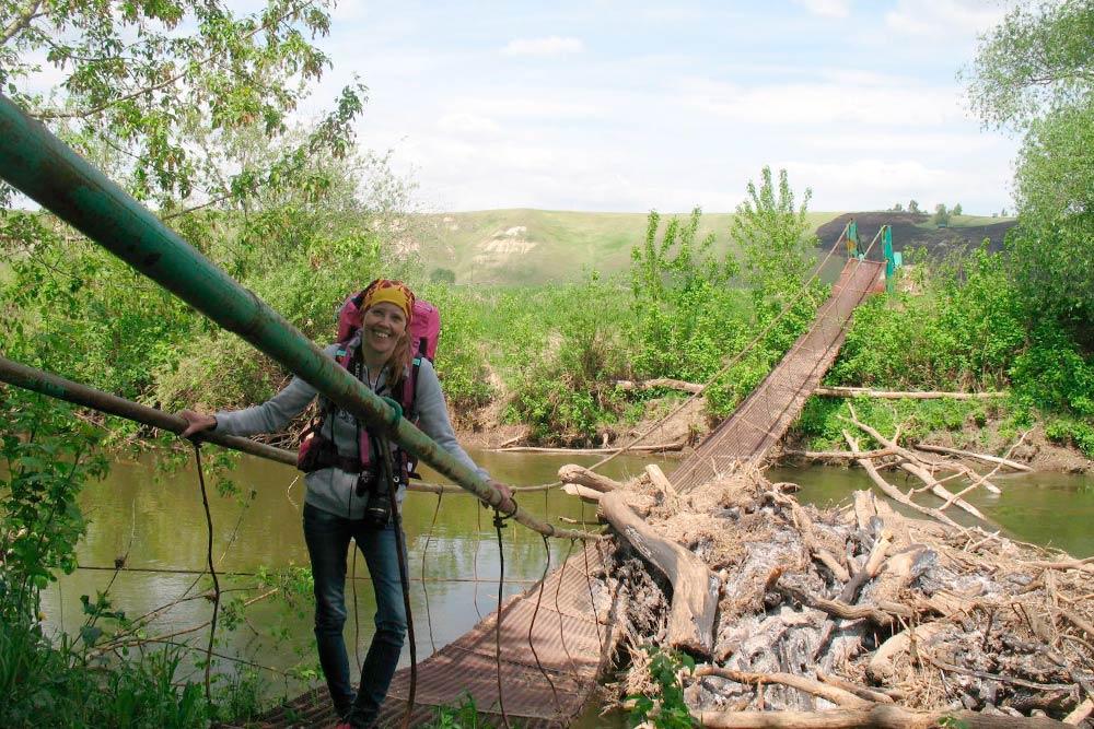 На обратном пути мы переходили реку через мост у деревни Камаево. Он был испорчен весенним половодьем. Но моя жена самостоятельно его перешла и даже отказалась снимать рюкзак
