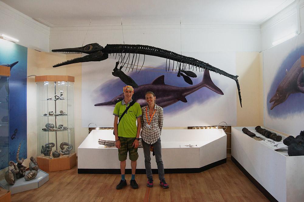 Позади нас — скелет ихтиозавра. Онотдаленно напоминает дельфина