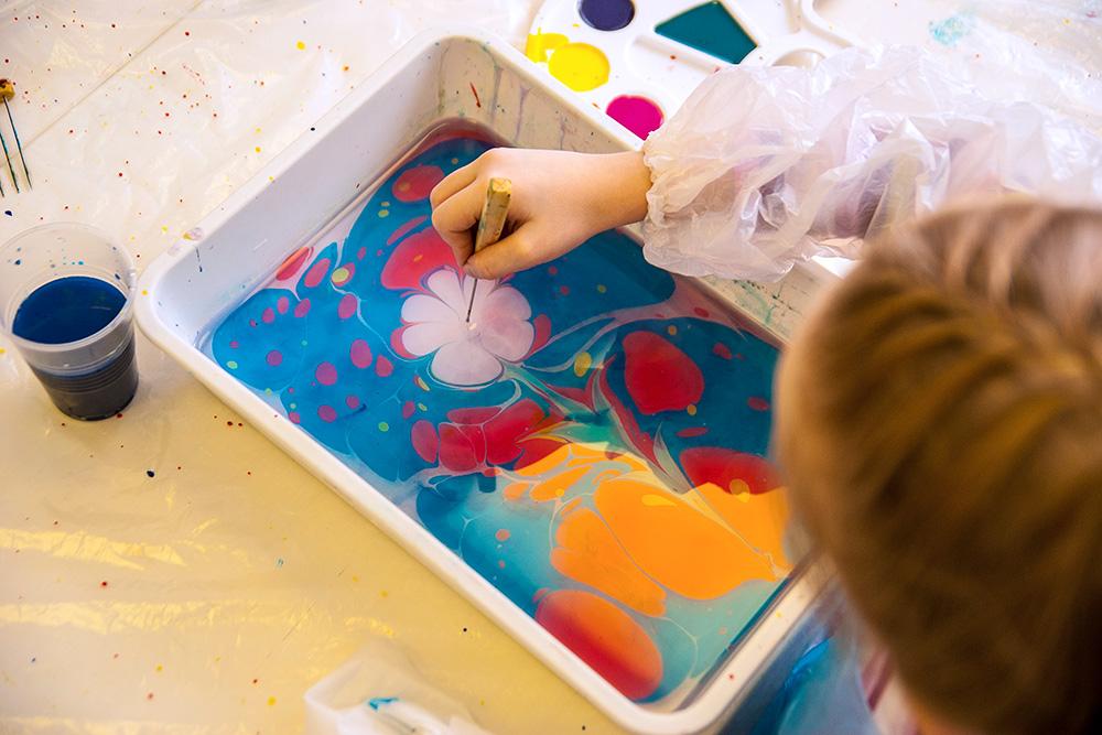 Занятия эбру — это такая техника рисования на воде
