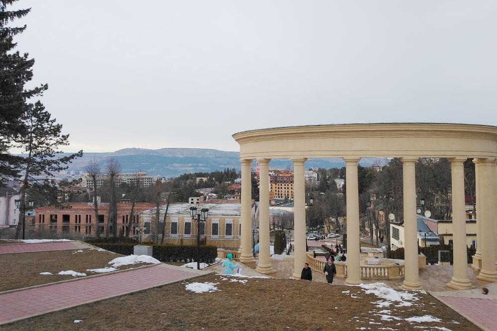 Со всех смотровых площадок Кисловодска видны горы