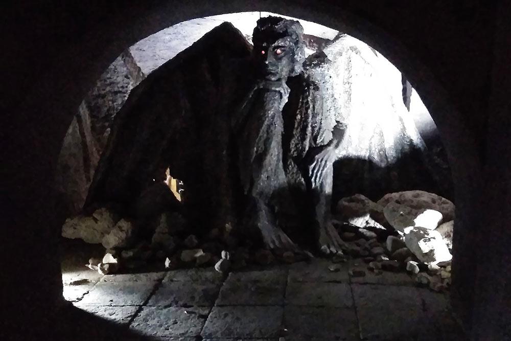 В темное время суток глаза демона горят красными огоньками. Мне скульптура показалась чересчур необычной и даже пугающей