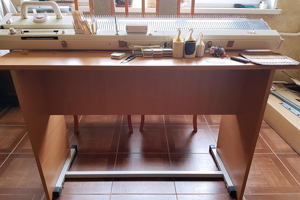 Вмоих столах нетящиков, зато широкие столешницы, адеревянные опоры снизу закреплены металлом