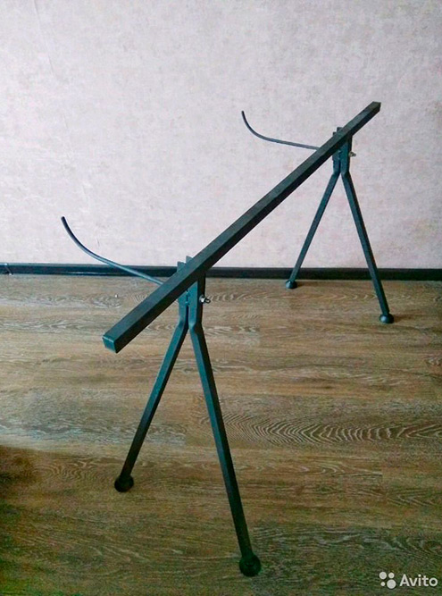 Кроме столов-рам есть еще&nbsp;столы-подставки, они&nbsp;стоят от&nbsp;3000&nbsp;<span class=ruble>Р</span>. В&nbsp;них тоже негде хранить мелочи. Источник: «Авито»