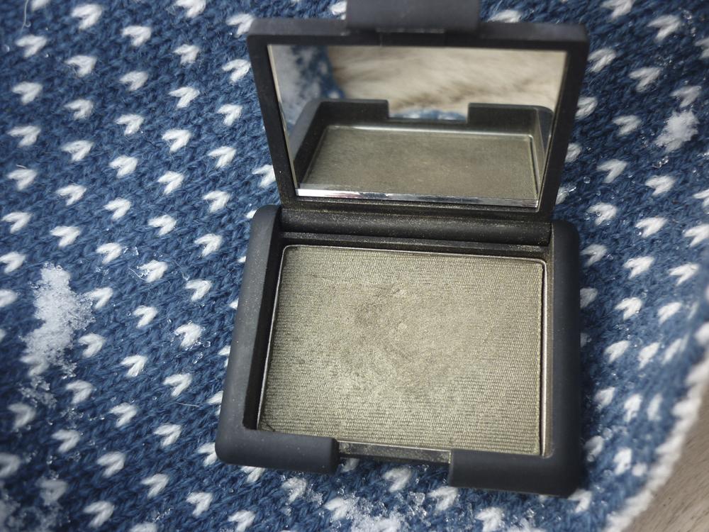 Мои тени Nars от Steven Klein. Купила сет из нескольких средств, каждое стоило около 100 рублей, в том числе и эти тени. Это в 20 раз дешевле, чем в магазине