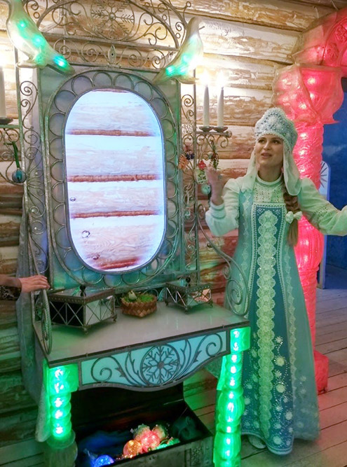 Снегурочка проводит сеанс видеосвязи через «волшебное зеркало»