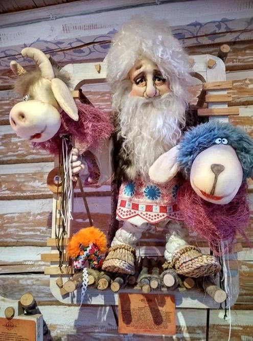 В тереме повсюду развешены куклы сказочных персонажей