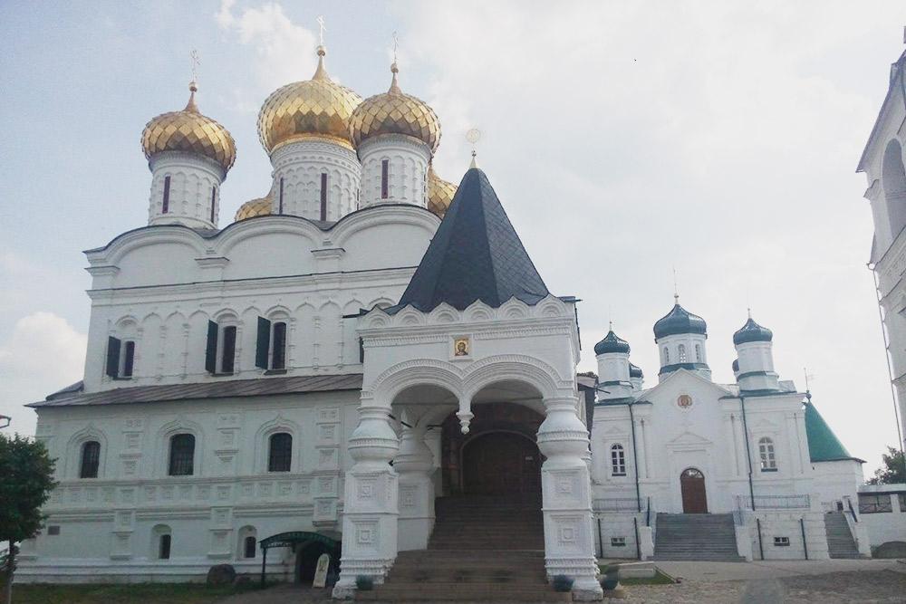 Троицкий собор — действующий храм. Службы проводятся с 5:00 до 9:00 и с 17:00 до 19:00. Вход бесплатный