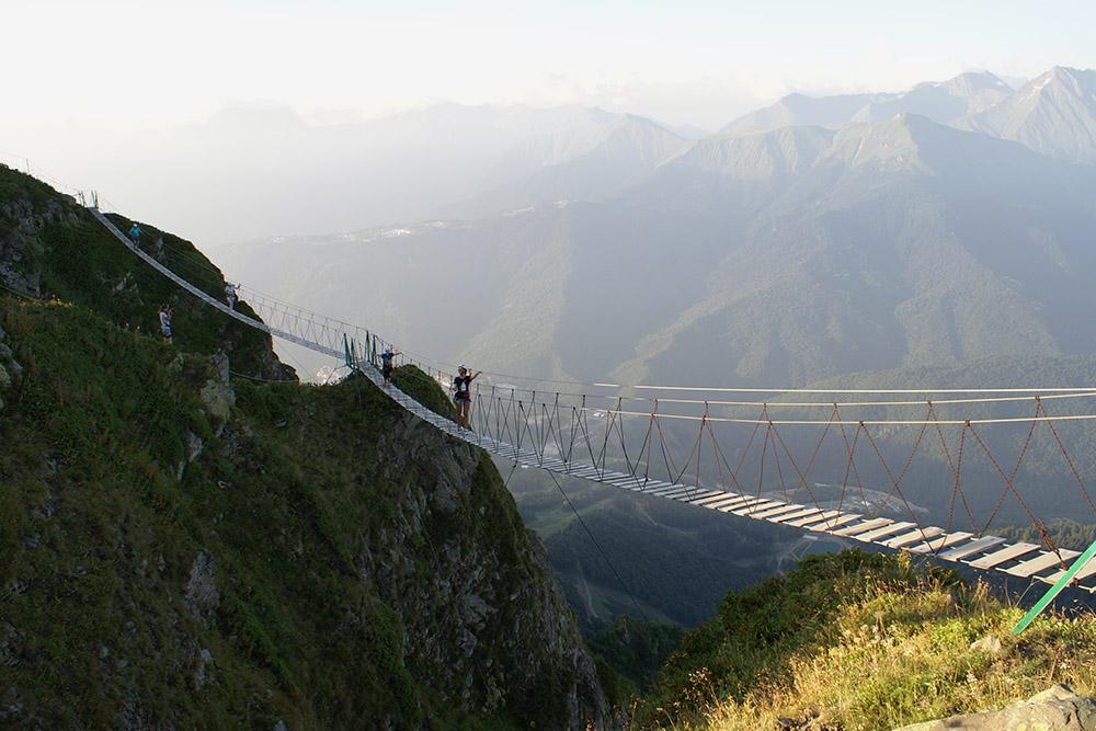 На самом деле по мосту ходят даже дети: это не так страшно, как может показаться со стороны
