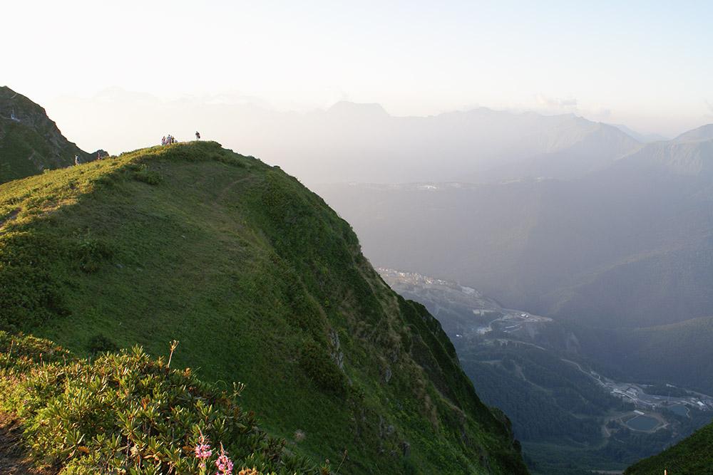 Вид с высоты 2350 метров на Розу Плато и бывшую Олимпийскую деревню