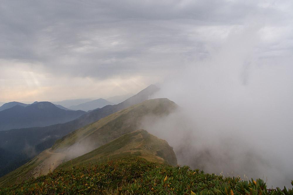 Хребет Аибга в пасмурный сентябрьский день. На нем находятся «Роза Хутор», «Красная Поляна» и«Альпика»