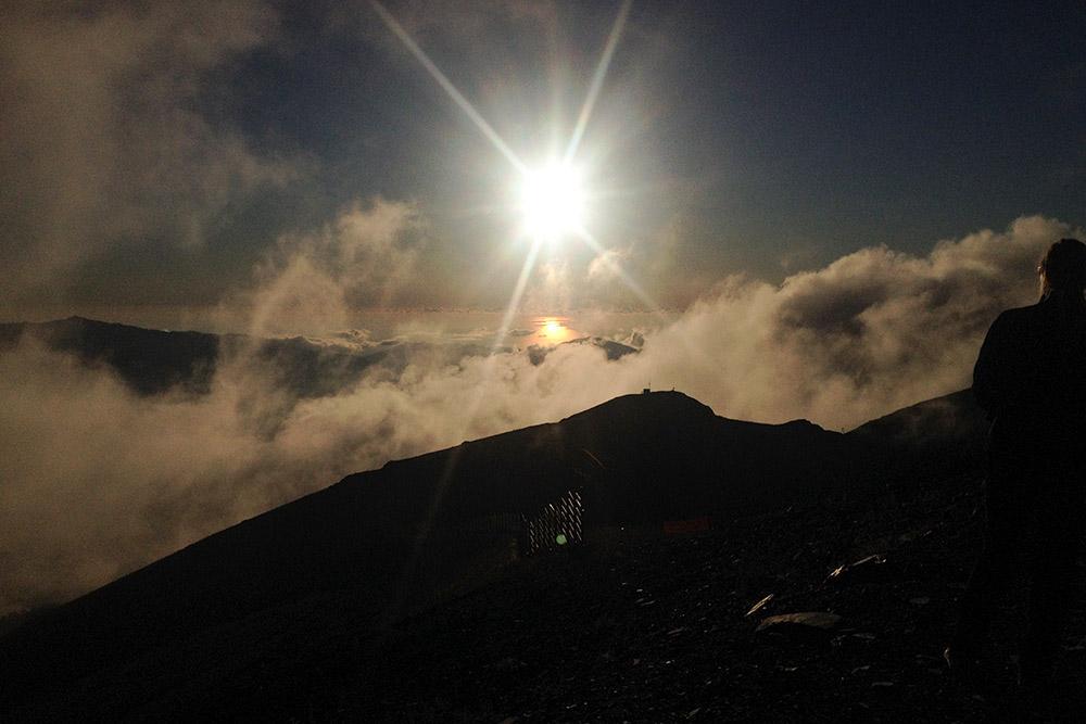 Предзакатное солнце отражается в море. В этот момент я фотографирую с высоты 2320 метров