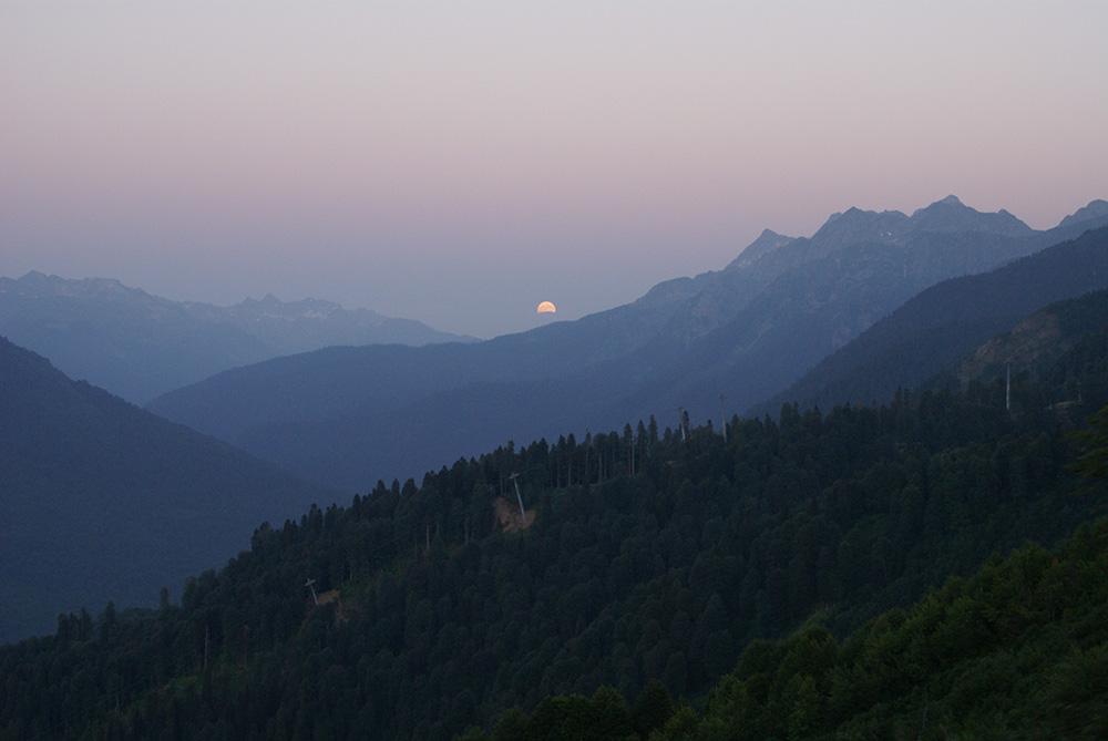 Однажды после заката мне повезло еще и наблюдать восход полной луны с противоположной стороны хребта