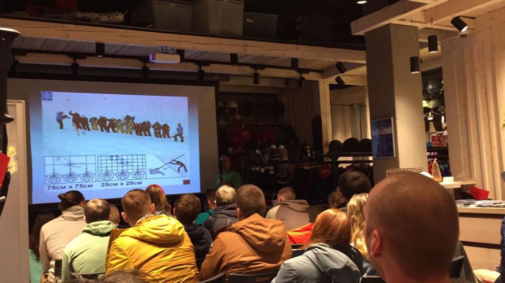 Максим Панков, руководитель лавинной службы курорта «Горки город», на лекции в Красной Поляне рассказывает, откуда берутся лавины, как в них не попасть и как спасатели откапывают людей