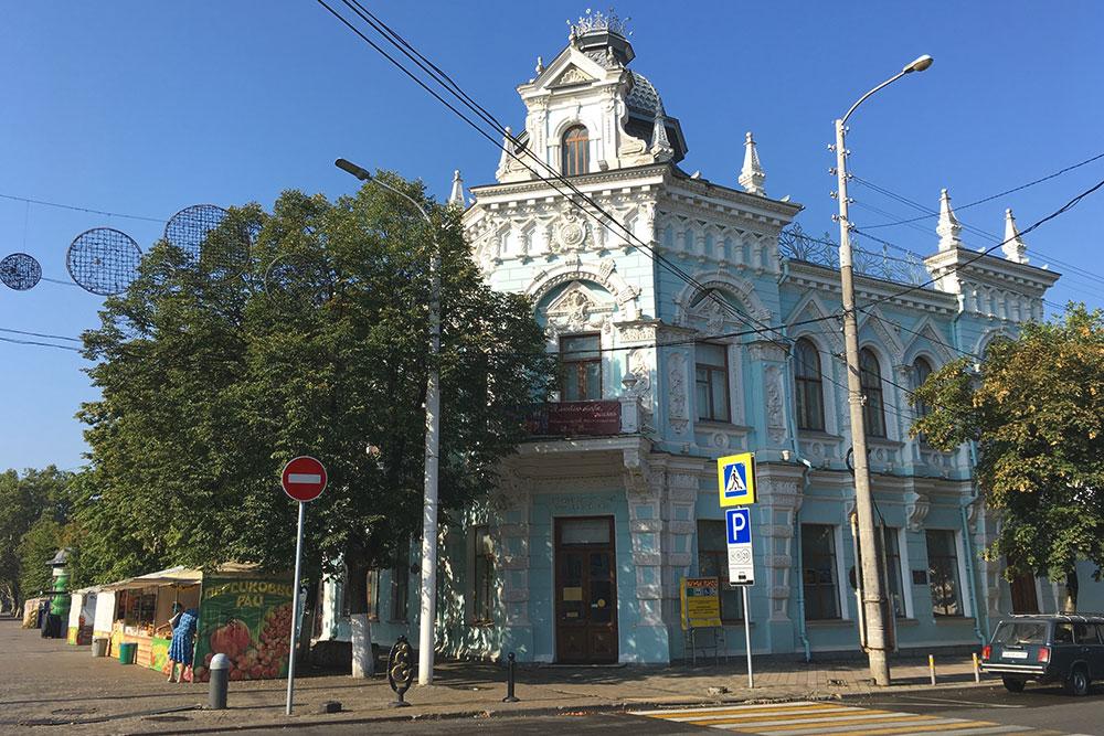 Художественный музей стоит на углу Пушкинской площади. По соседству с ним расположено здание казачьего хора, научная библиотека и краевой суд. Рядом часто проводят ярмарки