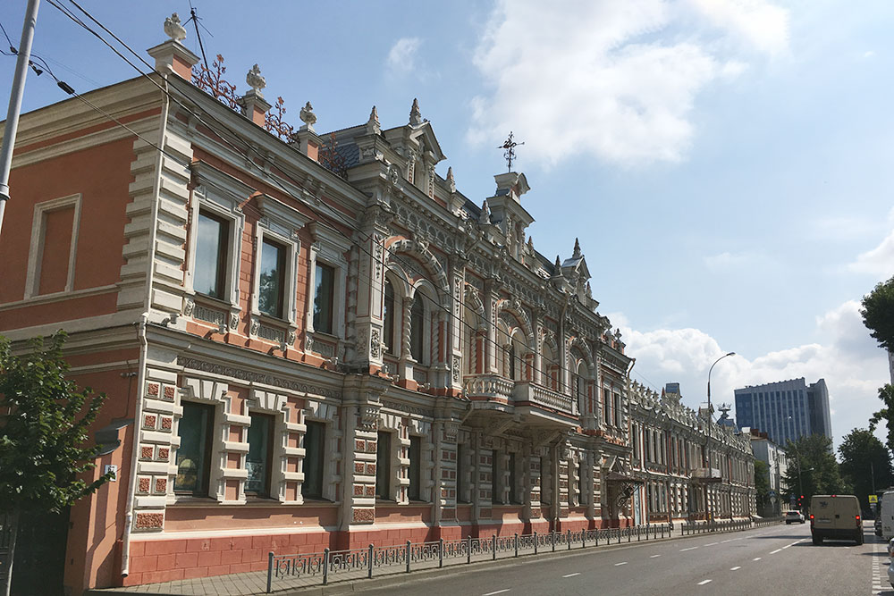 Дом Богарсуковых занимает почти целый квартал. Архитектор его неизвестен