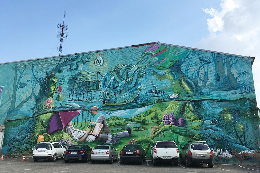 Если свернете с Красной за ТЦ «Арбат», увидите граффити местного художника Георгия Куринова «Начинаем погружение». Краснодарские СМИ называют рисунок самым большим в Южном федеральном округе. Его площадь — 520 м²