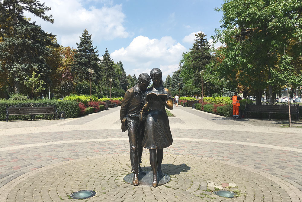 Памятник Шурику и Лидочке обещает студентам удачу на экзаменах