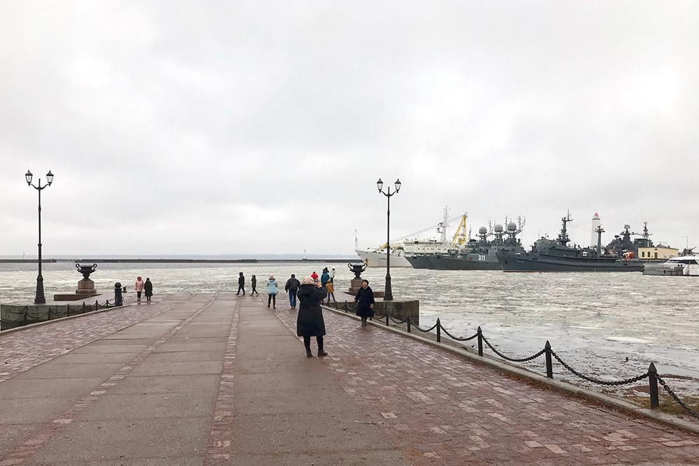 Если бы не льды, можно было бы решить, что ты в Севастополе, на берегу Южной бухты, где тоже стоят боевые корабли