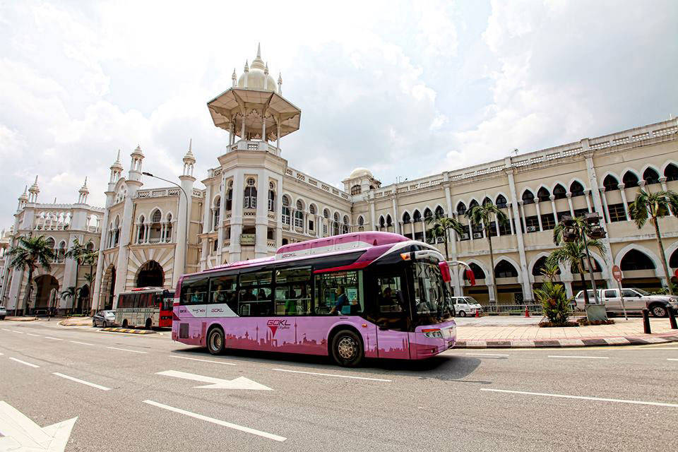 Узнать бесплатные автобусы легко по цвету — они ярко-розовые. Источник — facebook.com/goklcitybus