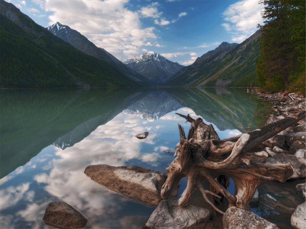 Большое Кучерлинское озеро — водоем ледникового происхождения, через него проходит пеший маршрут к подножию горы Белуха