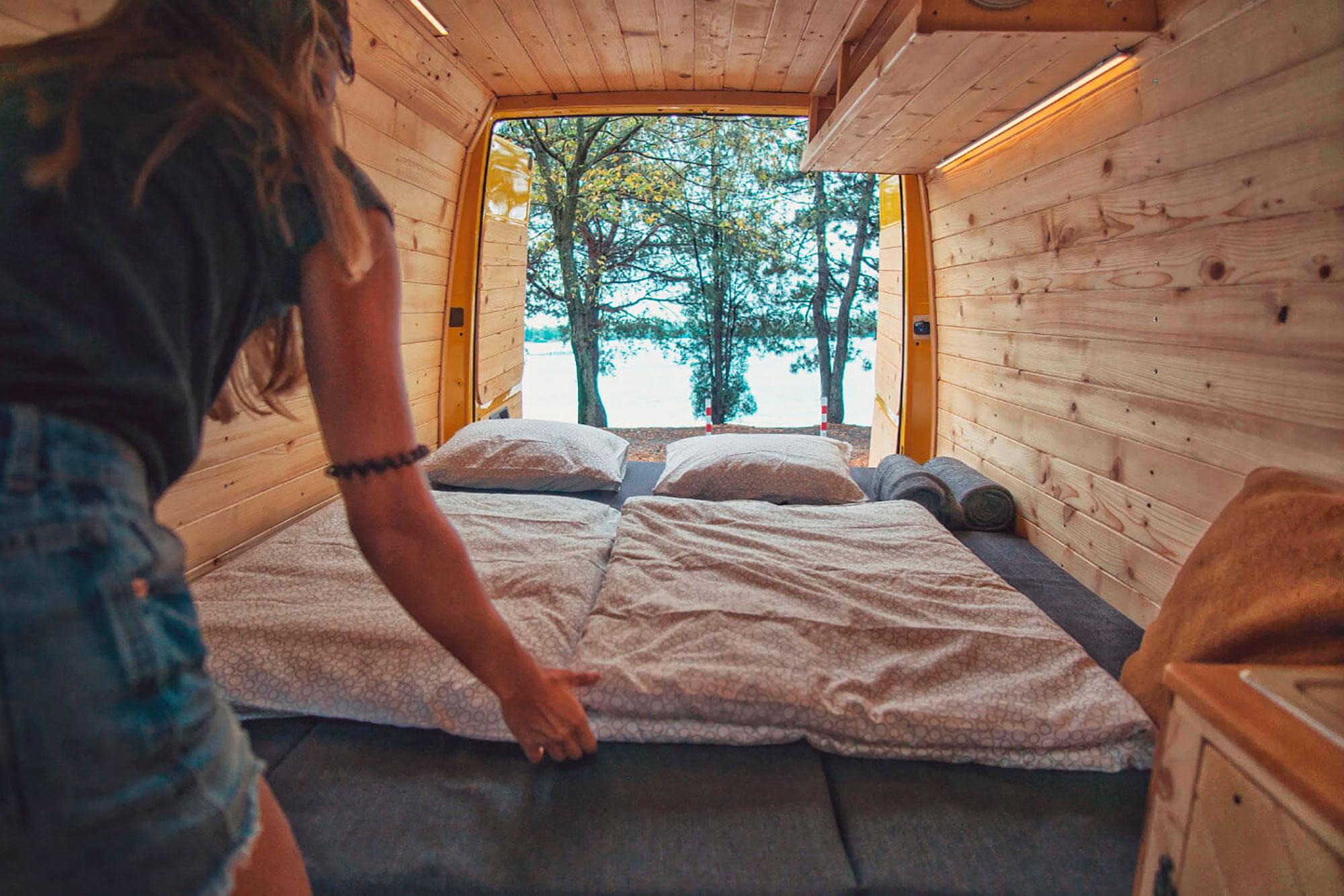 Ночью стол и диваны раскладывались во вполне комфортную кровать