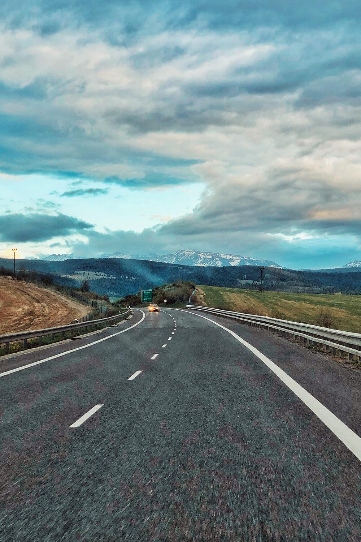 Если съехать с трассы, дороги становятся чуть хуже, но не как в России